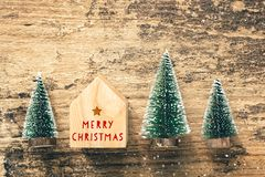 Den bästa sikten av röd glad jul för handskrift på hem leker med minut royaltyfria bilder