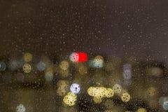 Den bästa sikten av regndroppen avverkar på fönsteryttersidan arkivfoton