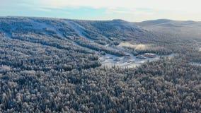 Den bästa sikten av skidar grunden med lutningar på berget footage Panorama av snö-täckte berg med skidar lutningar och rekreatio royaltyfri foto