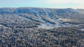 Den bästa sikten av skidar grunden med lutningar på berget footage Panorama av snö-täckte berg med skidar lutningar och rekreatio royaltyfria foton