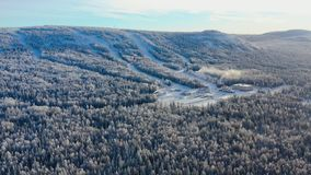 Den bästa sikten av skidar grunden med lutningar på berget footage Panorama av snö-täckte berg med skidar lutningar och rekreatio fotografering för bildbyråer