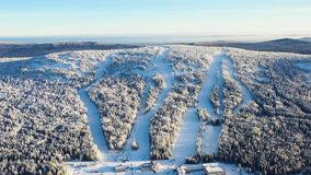 Den bästa sikten av skidar lutningar med elevatorer footage Härlig sikt av dentäckte berglutningen med barrskogen och att skida fotografering för bildbyråer