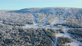 Den bästa sikten av skidar semesterorten på foten av berget footage Avstängt skidar semesterorten på foten av kullen med skidar l arkivbild