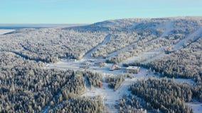 Den bästa sikten av skidar semesterorten på foten av berget footage Avstängt skidar semesterorten på foten av kullen med skidar l arkivbilder