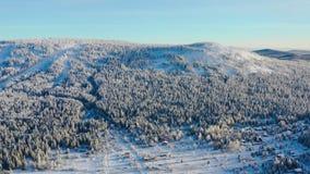 Den bästa sikten av skidar semesterorten på foten av berget footage Avstängt skidar semesterorten på foten av kullen med skidar l royaltyfri foto