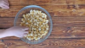 Den bästa sikten av slutet upp videoen av händer tar popcorn, tidschackningsperiod arkivfilmer