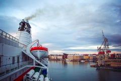 Den bästa sikten av staden av Helsingfors och affären port med internationellt trans. med sändningslast, skepp, behållare i morgo royaltyfri foto
