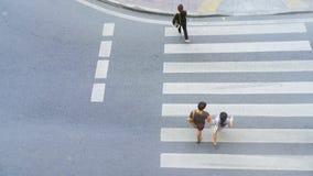 Den bästa sikten av stadsfolk går över övergångsställe i staden Royaltyfria Foton