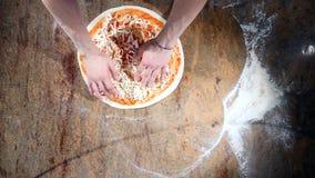 Den bästa sikten av tomatsås suddas över pizzadegen arkivfilmer