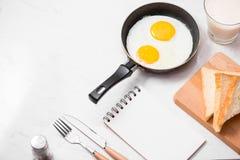 Den bästa sikten av traditionellt sunt lätt snabbt frukostmål gjorde nolla Royaltyfria Foton