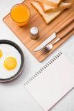 Den bästa sikten av traditionellt sunt lätt snabbt frukostmål gjorde nolla Royaltyfria Bilder