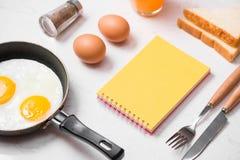 Den bästa sikten av traditionellt sunt lätt snabbt frukostmål gjorde nolla Royaltyfri Bild