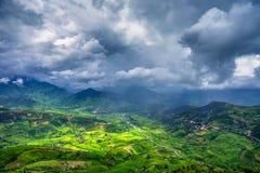 Den bästa sikten av Tu Le by med den terrasserade risfältet, Vietnam Fotografering för Bildbyråer