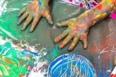 Den bästa sikten av ungar målade händer på tabellen Fotografering för Bildbyråer