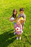 Den bästa sikten av ungar team med sportbollar Royaltyfria Bilder