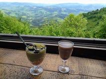 Den bästa sikten från fönstret Landskap för berg` s, morgonkopp kaffe arkivfoton