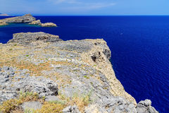 Den bästa sikten från klipporna på det öppna havet och öar i vulkaniskt vaggar, arkivfoto
