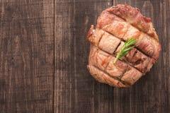 Den bästa sikten grillade nötköttbiff på en träbakgrund royaltyfri foto