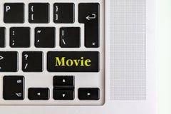 Den bästa sikten isolerade bärbar datortangentbordet med gul text för `-film` på knappen, begreppsdesign f fotografering för bildbyråer