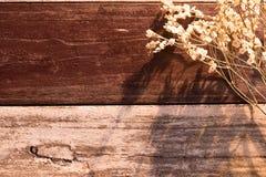 Den bästa sikten och värme signal vit bukettblomma som sätter på träa Arkivbild