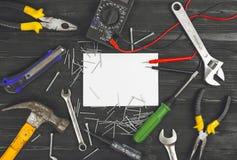 Den bästa sikten på arbetande handhjälpmedel, skiftnyckeln, skruvmejseln, plattång, hammaren, skiftnyckeln, kontorskniven, spridd Arkivbild