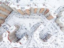 Den bästa sikten på boningområdet med snö täckte den inre gårdar och lotten av parkerade bilar timmar liggandesäsongvinter peters royaltyfria bilder