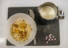 Den bästa sikten på den näringsrika frukosten av havremjölet med frukt och mjölkar Royaltyfri Bild