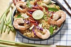 Den bästa sikten Tom Yum Kung Noodle Spicy Fried Dried, Fried torkade räkanudeln, thailändsk mat, kryddig mat Royaltyfri Fotografi