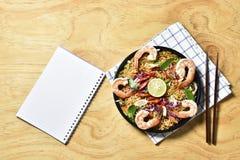 Den bästa sikten Tom Yum Kung Noodle Spicy Fried Dried, Fried torkade räkanudeln, thailändsk mat, kryddig mat Fotografering för Bildbyråer