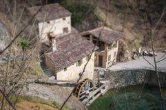 Den bästa sikten - vippa på förskjutningseffekt av forntida italiensk watermill Fotografering för Bildbyråer