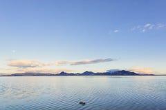 Den bästa siktssjön med solen och månen arkivbilder