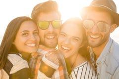 Den bästa sommaren med vänner arkivbild