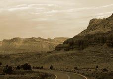 Den böjda vägen till och med det rött vaggar av Nevada Royaltyfria Bilder