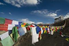 Den bönflaggor och forten är den huvudbuddistiska mitten Fotografering för Bildbyråer