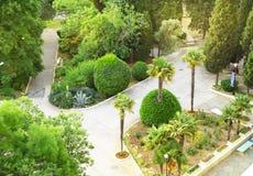 Den b?sta sikten av den h?rliga landskap jordningen med palmtr?d av det tropiskt parkerar i hotellet royaltyfri bild