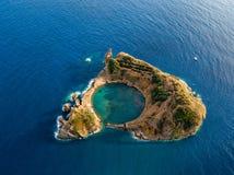 Den b?sta sikten av holmen av Vila Franca do Campo bildas av krater av en gammal undervattens- vulkan n?ra den San Miguel ?n, Azo royaltyfri fotografi