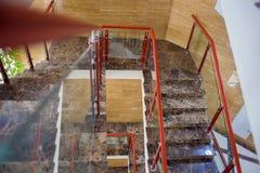 Den b?sta sikten p? multystoried stegeflyg Ett modernt marmorerar stegen i regeringsst?llning som bygger royaltyfri bild