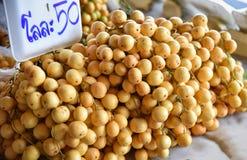 Den Baccaurea ramifloraen ser bister ut eller den Burmese druvasötsaken och sur Asien lokal frukt Arkivfoton