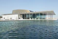 Den Bahrain medborgaretheatren med bevattnar beklär Arkivfoton