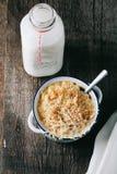 Den bakad macen och ost med en tappningflaska av mjölkar Arkivfoto