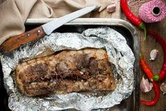 Den bakade grisköttbuken med vitlök kryddar peppar för den varma chili Royaltyfri Bild