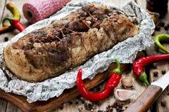 Den bakade grisköttbuken med vitlök kryddar peppar för den varma chili Arkivfoton