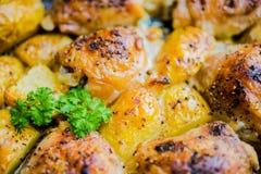 Den bakade hönan med potatisar Royaltyfri Foto