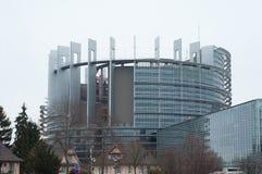 Den bakre fasaden av parlamentet för europeisk union med ancien huset i förgrunden fotografering för bildbyråer