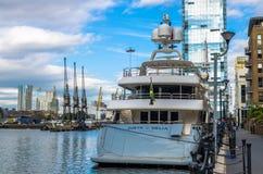 Den bakre sikten av den Justa Delia yachten förtöjde på den södra kajen Arkivfoton
