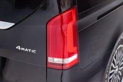 Den bakre sikten av nytt en dyr Mercedes Benz V-grupp minivan ledde taillampen, en lång svart limousinemodell royaltyfri bild