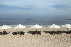 Den Balangan stranden med slags solskydd, Nusa Dua, är en av de mest härlig i Bali, det kallas fördärvar på dess botten täckas me Arkivfoton