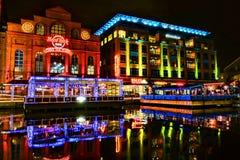 Den Baltimore hamnbron går på natten Royaltyfri Foto