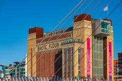 Den baltiska mitten för samtida konst bak Gateshead Millenni arkivfoton