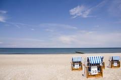 den baltiska stranden chairs havet Fotografering för Bildbyråer